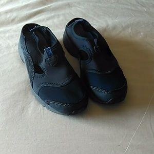 Easy spirit slip on tennis shoes 7.5
